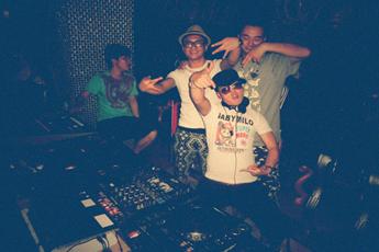 魔声就业学员DJ王军酒吧打碟帅气照
