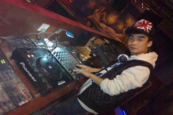 魔声就业学员DJ孙雷酒吧打碟现场
