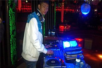 魔声就业学员DJ黄涛夜场打碟照片