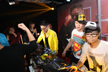 魔声DJ基地开业DJ天亮打碟照片