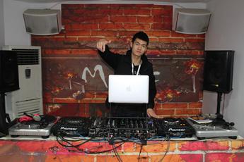 浙江台州DJ学员何建军打碟练习照片