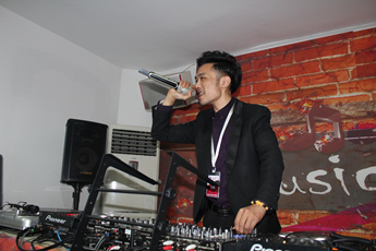 湖北咸宁DJ学员许帅打碟练习照片