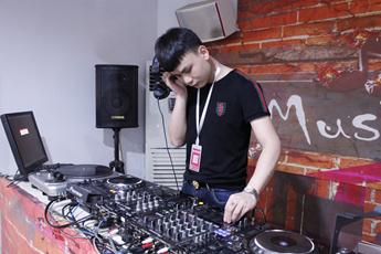 湖南常德DJ学员武俊打碟练习照片