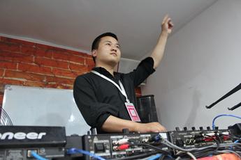 湖北荆州DJ学员李操打碟练习照片