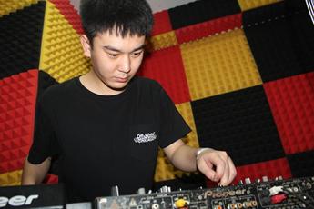 新疆DJ学员刘凯源打碟练习照