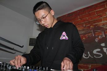 福建DJ学员何进峰打碟练习照片