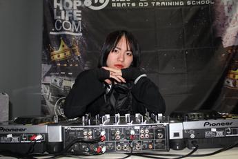 湖南衡阳DJ学员熊亚莉个性打碟照片