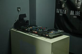 魔声DJ学校学员训练室机房设施照片