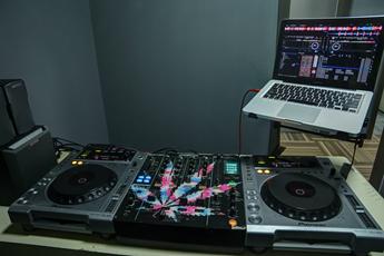魔声DJ学校训练室机房照片