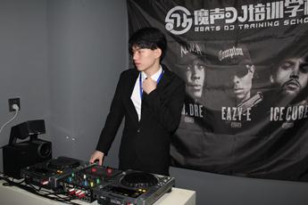 浙江温州DJ学员王驰打碟练习照片
