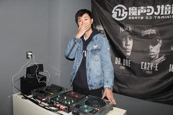 山东潍坊DJ学员赵鑫打碟练习照