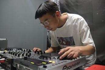 山西长治DJ学员申豪帅打碟照片