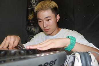 四川成都DJ学员贾博清打碟练习照片