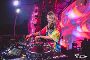 高空派对场美女DJ现场打碟视频