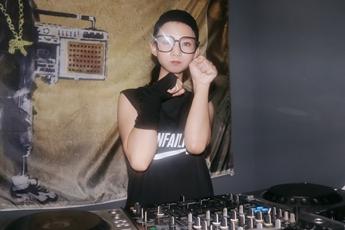 山西太原DJ学员李婧怡打碟练习照