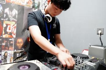 河南周口DJ学员吴明坤打碟练习照片