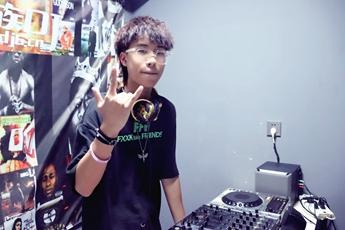 浙江台州DJ学员蒋晋东打碟练习照