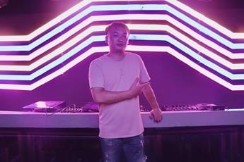 魔声DJ安徽学员DJ艺荣打碟形象照