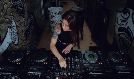 国外美女,一个有实力的DJ秀