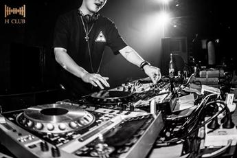 2021酒吧实力DJ现场花式表演视频